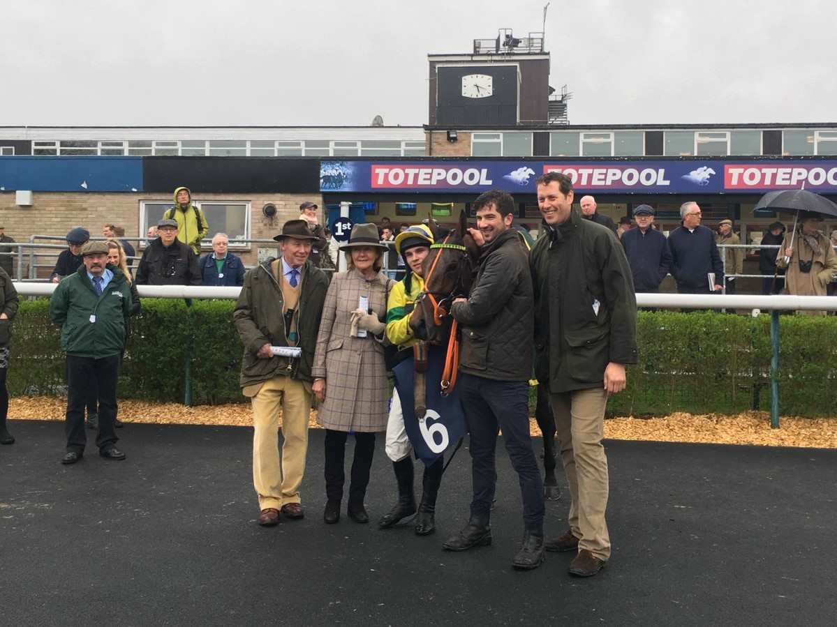 Jet Set and her winning connections at Huntingdon, Charlie Longsdon, Lady Dulverton & Johnny Burke